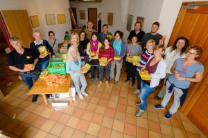 Freiwillige Helfer packen Bio-Brot-Boxen in der Sophienkirche Oldenburg